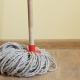 Uomo in arresto per aver pulito il pavimento con aggressività